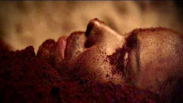 Nina (Débora Falabella) é enterrada viva
