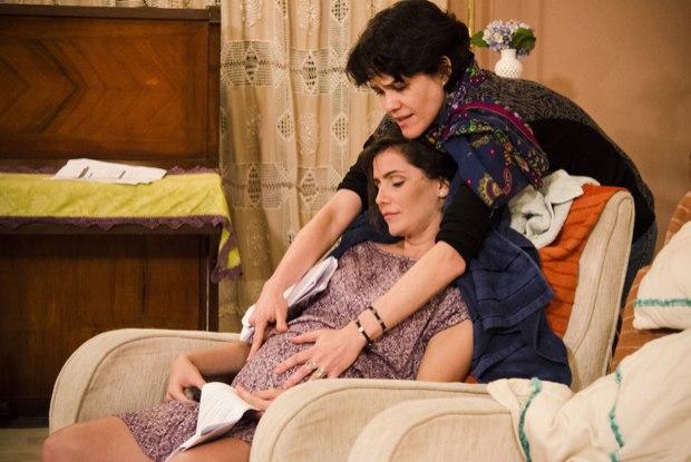 Deborah Secco grava cena de parto