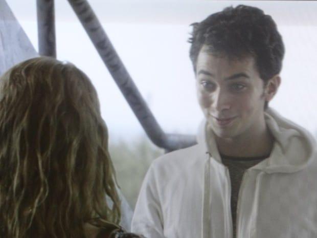Anita aceita convite de Ben e combina de se encontrar com ele