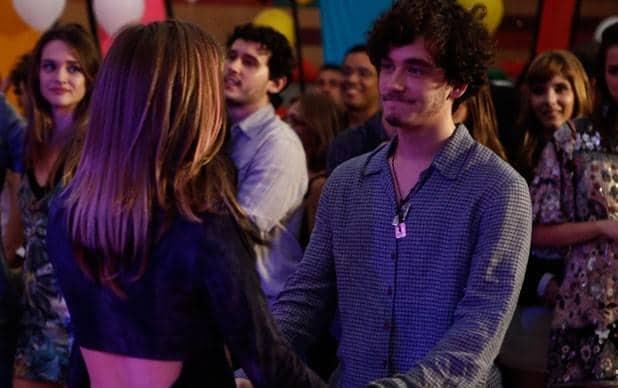 Dinho e Lia se encontram e deixa dúvidas sobre os sentimentos dos dois