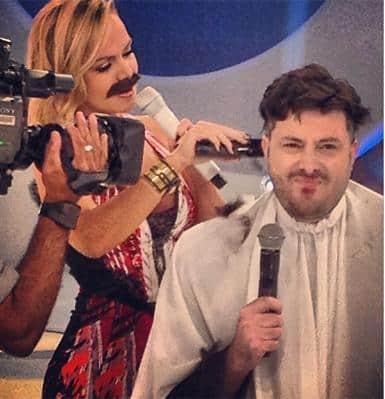 Eliana cortando o cabelo de Danilo