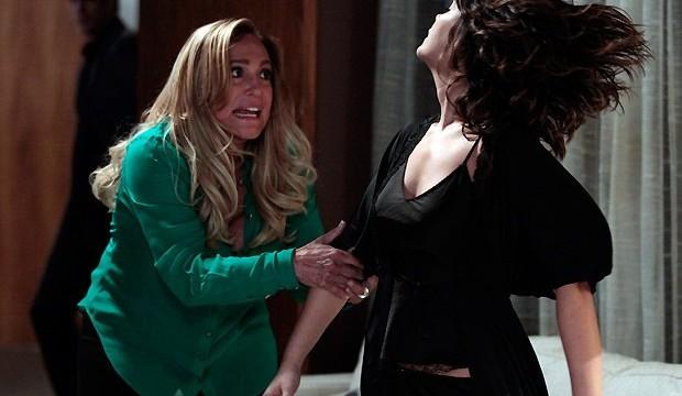 Pilar (Susana Vieira) bate em Aline (Vanessa Giácomo)