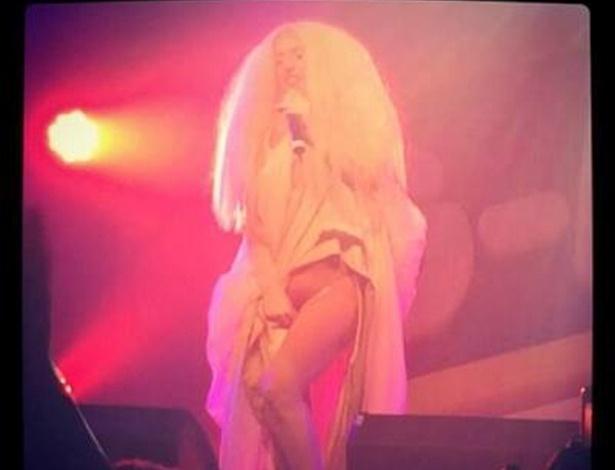 Lady Gaga tira a roupa em show