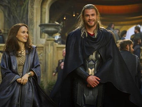 "Natalie Portman e Chris Hemsworth em ""Thor"""