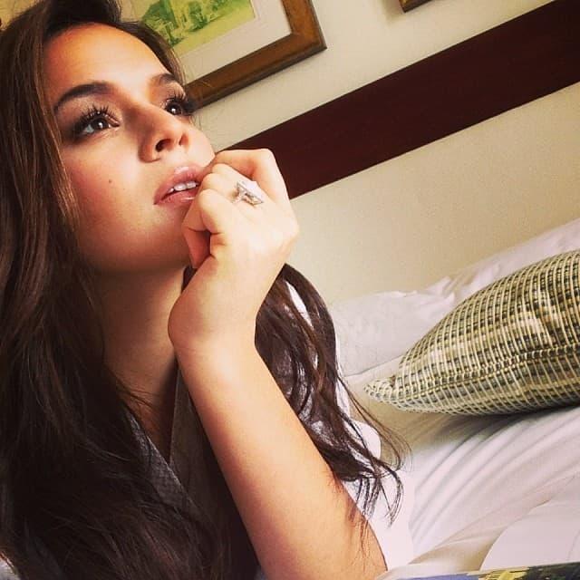 Bruna Marquezine posa pensativa em foto postada em seu perfil no Instagram