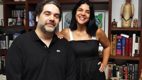 Filipe Miguez e Izabel de Oliveira entregam primeiros capítulos de novela