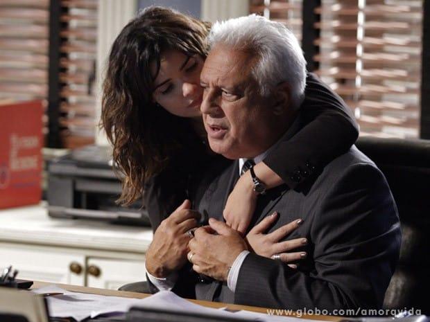Aline vai humilhar o marido, que sofre um derrame e fica paraplégico