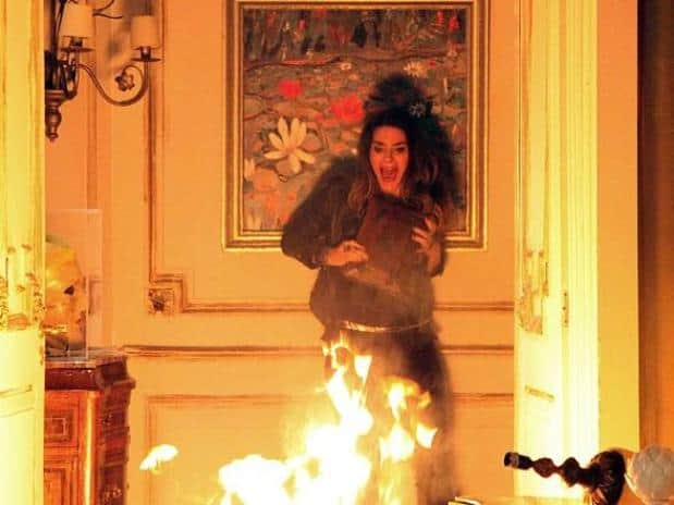 """Leila (Fernanda Machado) morre queimada em cena trash de """"Amor à Vida"""""""