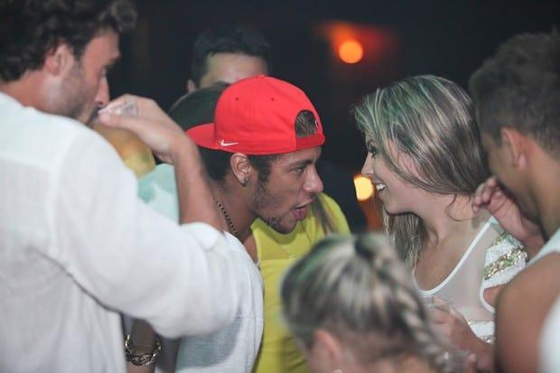 Neymar conversa com loira misteriosa durante festa de Réveillon
