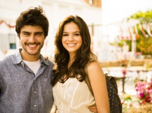 Com namorado longe, Bruna Marquezine está encantada com galã da Globo