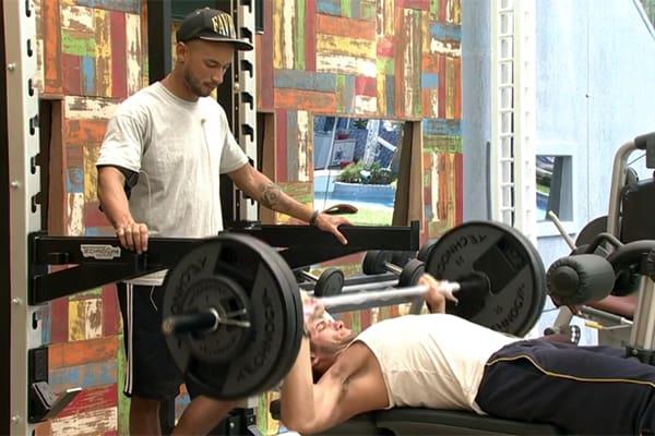 Enquanto malham na academia, Slim e Roni conversam sobre brigas do programa