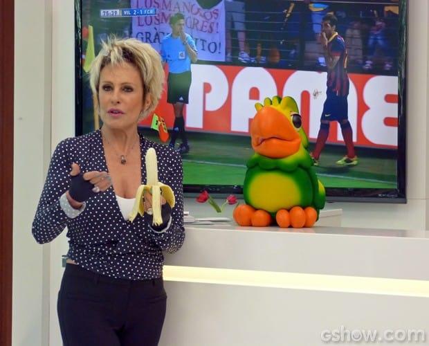 Ana Maria Braga come banana em ato contra o racismo