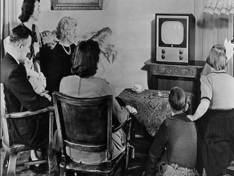 Família em frente à TV: a tradição é antiga...