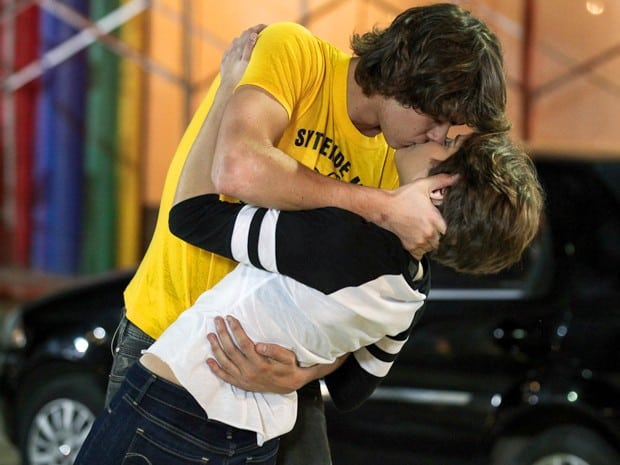 Pedro jura sinceridade e beijar Karina