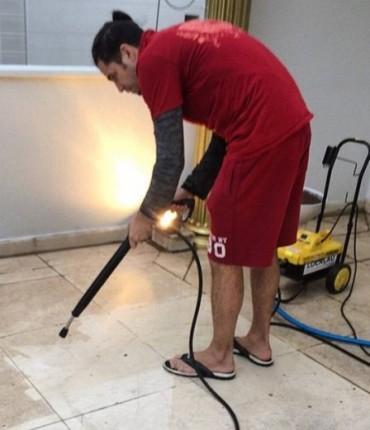 Latino lava casa em São Paulo usando mangueira e é massacrado nas redes sociais
