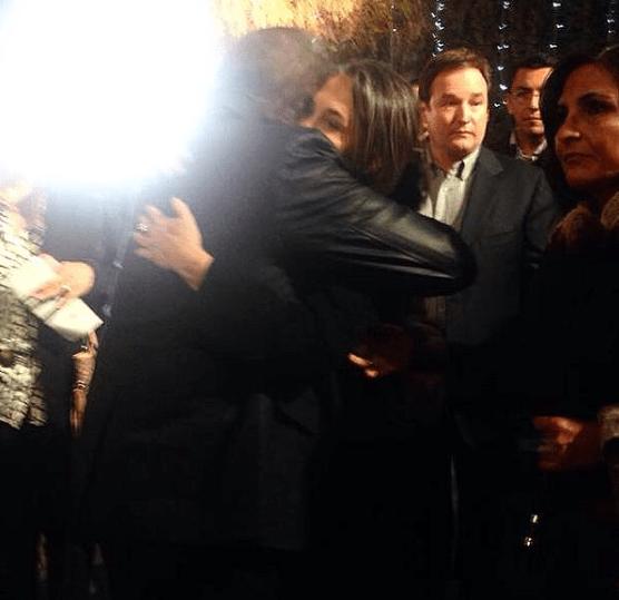 Carlos Villagrán aparece abraçando Florinda Meza em velório de Roberto Bolaños