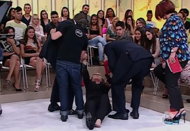 """Christina Rocha cai no palco do """"Casos de Família"""""""