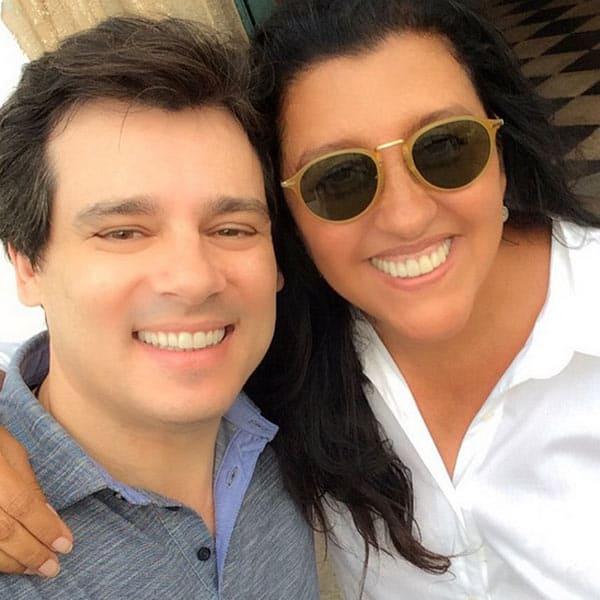 Celso Portiolli posa para foto ao lado de Regina Casé