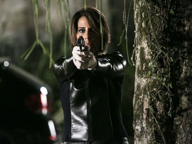 Beatriz (Gloria Pires) decide se vingar de Inês (Adriana Esteves) e atira nela