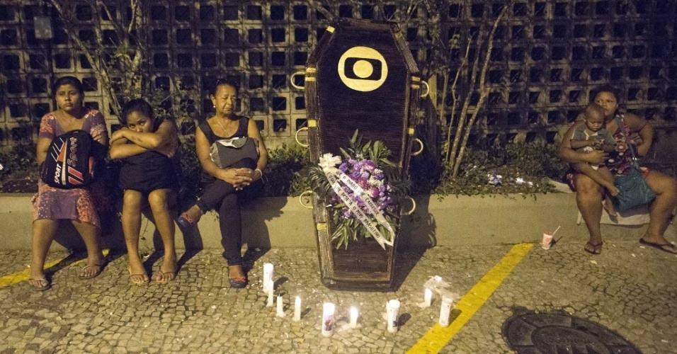 """Manifestantes fizeram """"caixão"""" para a emissora"""