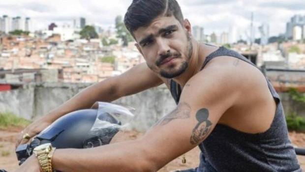 Caio Castro curte Carnaval de São Paulo, enlouquece fãs e simula striptease