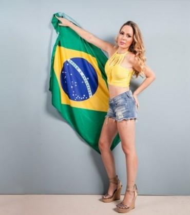 Destaque da Unidos do Peruche tira a roupa, é agredida e expulsa de desfile