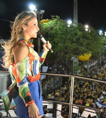 Claudia Leitte volta a se atrasar, irrita foliões e é vaiada novamente em Salvador