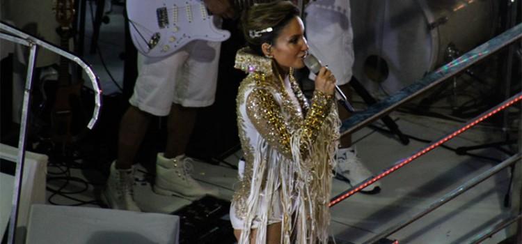 Claudia Leitte sobe atrasada em trio elétrico e foliões gritam por Ivete Sangalo