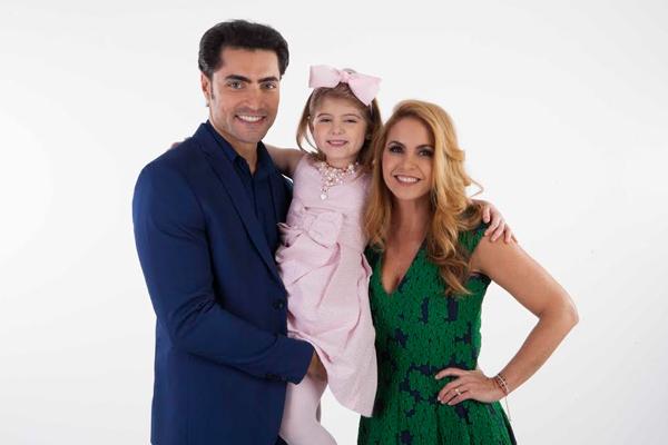 """Gustavo Lários e Lucero vivem os pais de Dulce Maria (Lorena Queiroz), em """"Carinha de Anjo"""""""