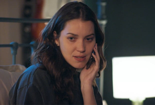 Júlia se desespera e revela para Lorena que viu Alex vivo em ônibus
