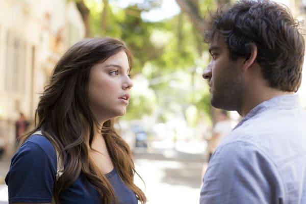 """""""A Lei do Amor"""": Humberto Carrão e Alice Wegmann viajam para gravar final de Tiago e Marina (ou seria Isabela?)"""