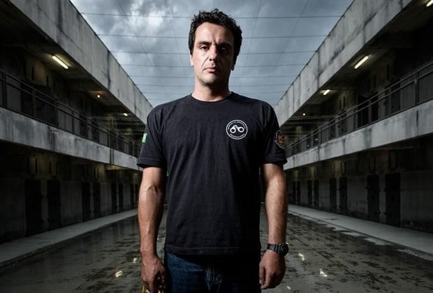 """Rodrigo Lombardi em cena de """"Carcereiros"""", série da Globo."""