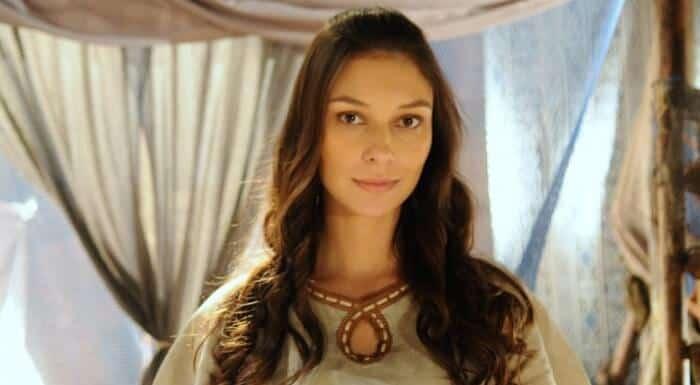 """Day Mesquita em cena de """"A Terra Prometida""""; atriz viverá esposa de Edir Macedo em filme."""