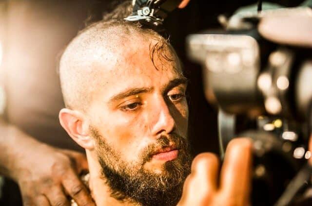 """Rafael Cardoso na cena que César tem a cabeça raspada, em """"Sol Nascente""""."""