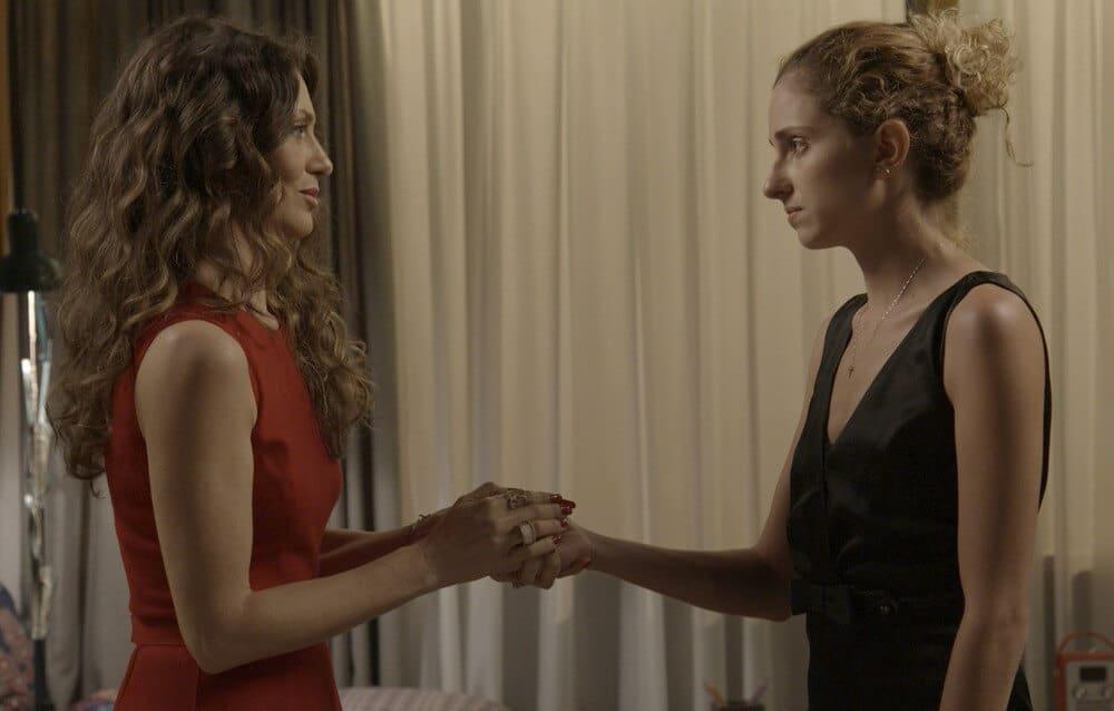 """Vaidade de Joyce (Maria Fernanda Cândido) não a deixa notar conflitos a filha Ivana (Carol Duarte), em """"A Força do Querer""""."""