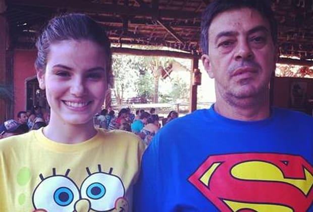 """Camila Queiroz anuncia a morte do pai, Sérgio Queiroz: """"Exemplo de amor e caráter"""""""