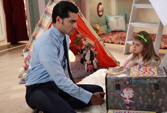 """Gustavo (Carlo Porto) e a filha Dulce Maria (Lorena Queiróz), a """"Carinha de Anjo""""."""