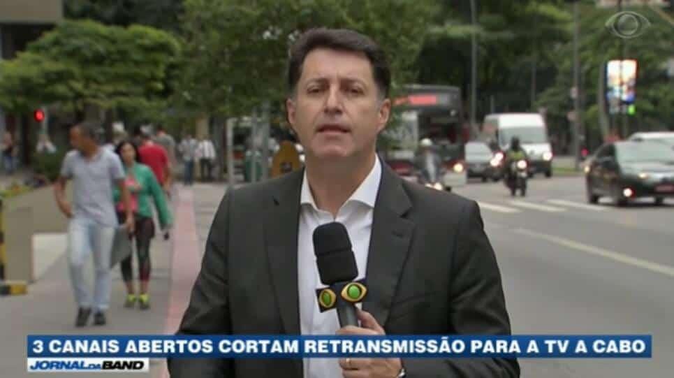 """Matéria do """"Jornal da Band"""" repercutiu guerra de SBT, RedeTV! e Record contra operadoras de TV paga."""