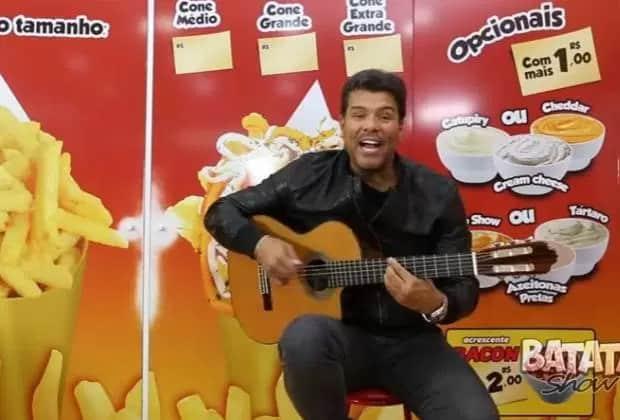 Mauricio Mattar aparecendo vendendo batata frita e vira piada nas redes sociais