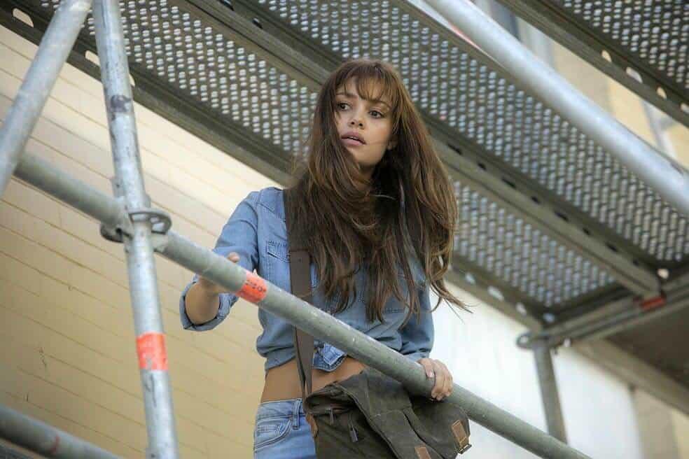 """Sophie Charlotte escala andaime """"moderninho"""" em cena de """"Os Dias Eram Assim""""."""