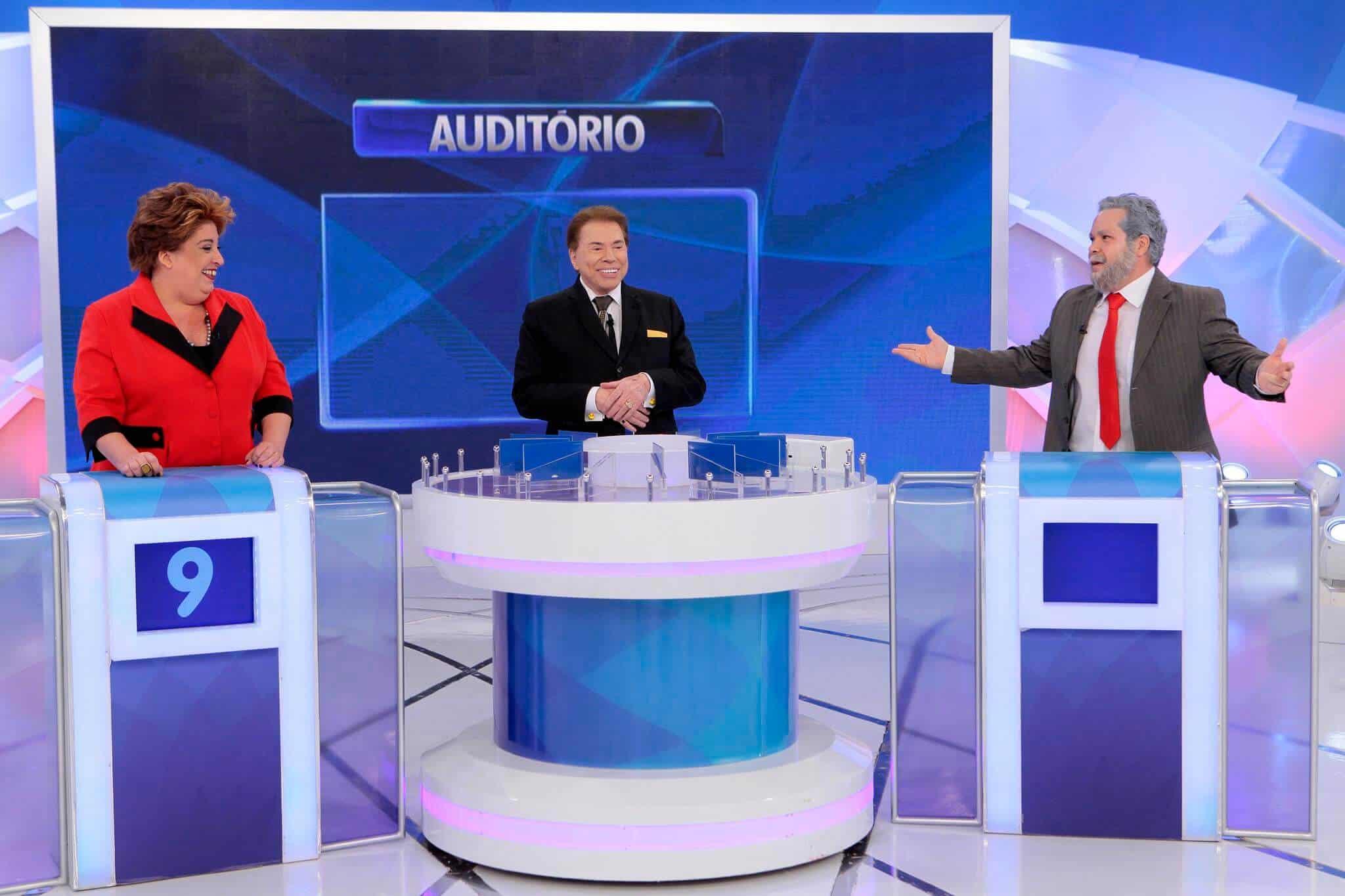 """Em seu dominical, Silvio Santos recebe """"Dilmoca"""" (Mila Ribeiro) e """"Lulofe"""" (Ênio Vivona)."""
