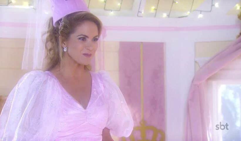 """Em """"Carinha de Anjo"""", Tereza (Lucero) surgiu vestida de fada-madrinha para a filha Dulce (Lorena Queiróz)."""