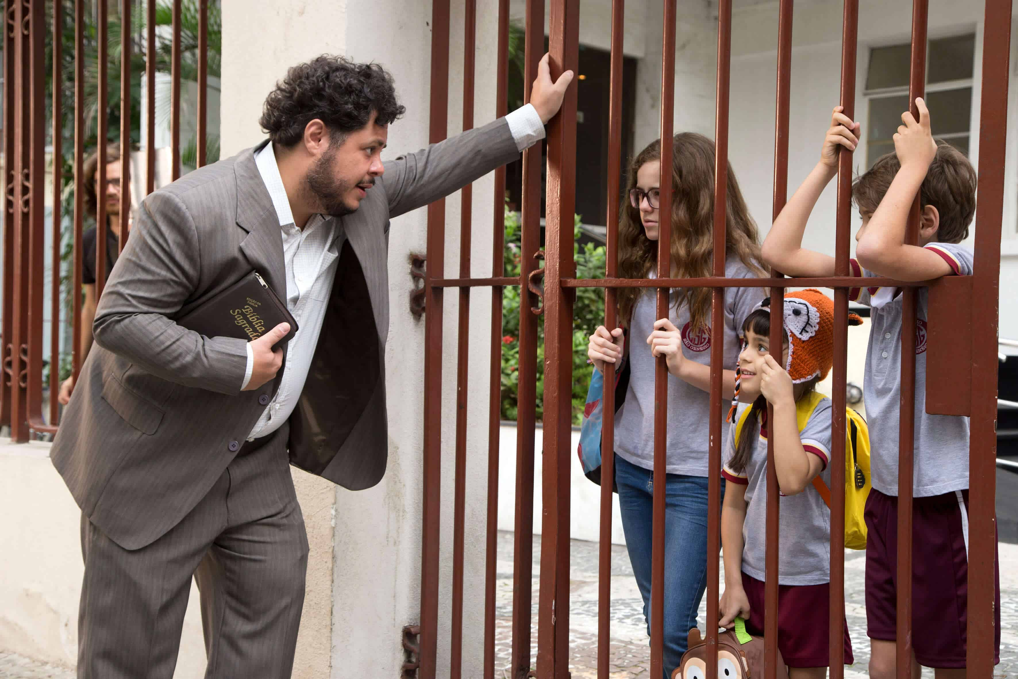 """Marcus Majella com o elenco infantil de """"Um Tio Quase Perfeito"""": Julia Svacinna, João Barreto e Sofia Barros."""