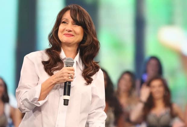 """Zezé Polessa relembra trajetória e chora com homenagem no """"Domingão do Faustão"""""""