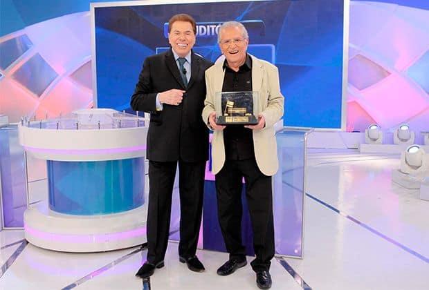 Silvio Santos emociona Carlos Alberto de Nóbrega com troféu especial e homenagem