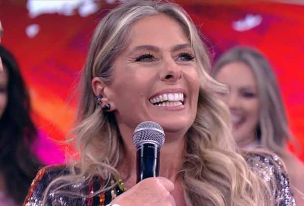 """""""Brasil eu tô aqui"""", diz Adriane Galisteu ao pisar no palco do """"Domingão do Faustão"""""""