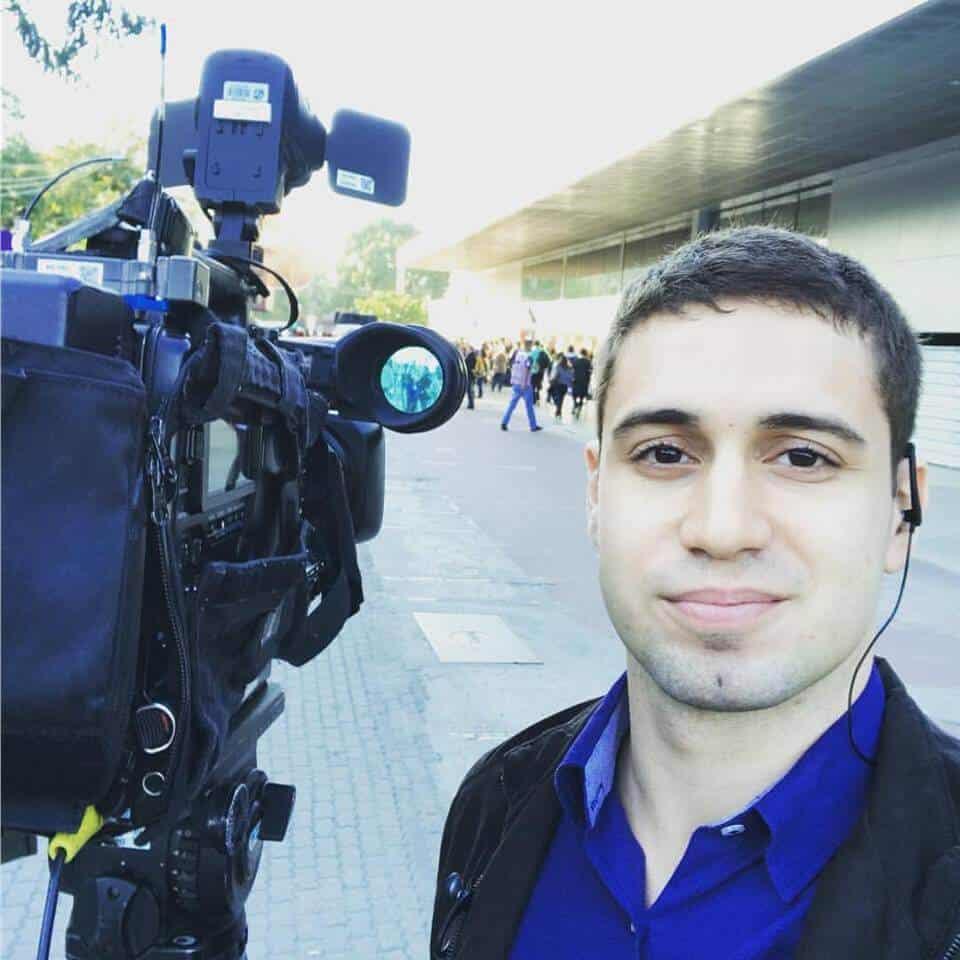 Polícia de Barcelona empurra e tira repórter de link no
