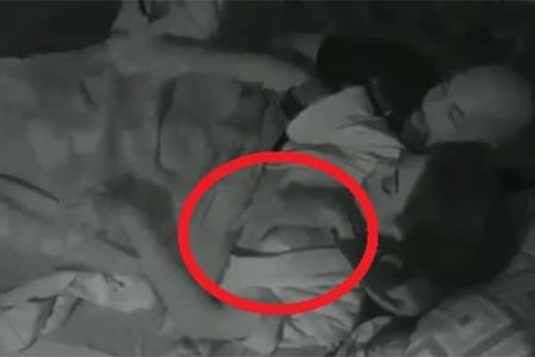 """""""A Fazenda"""": Hashtag """"#DineiExpulso"""" bomba após jogador se deitar com Monique bêbada"""