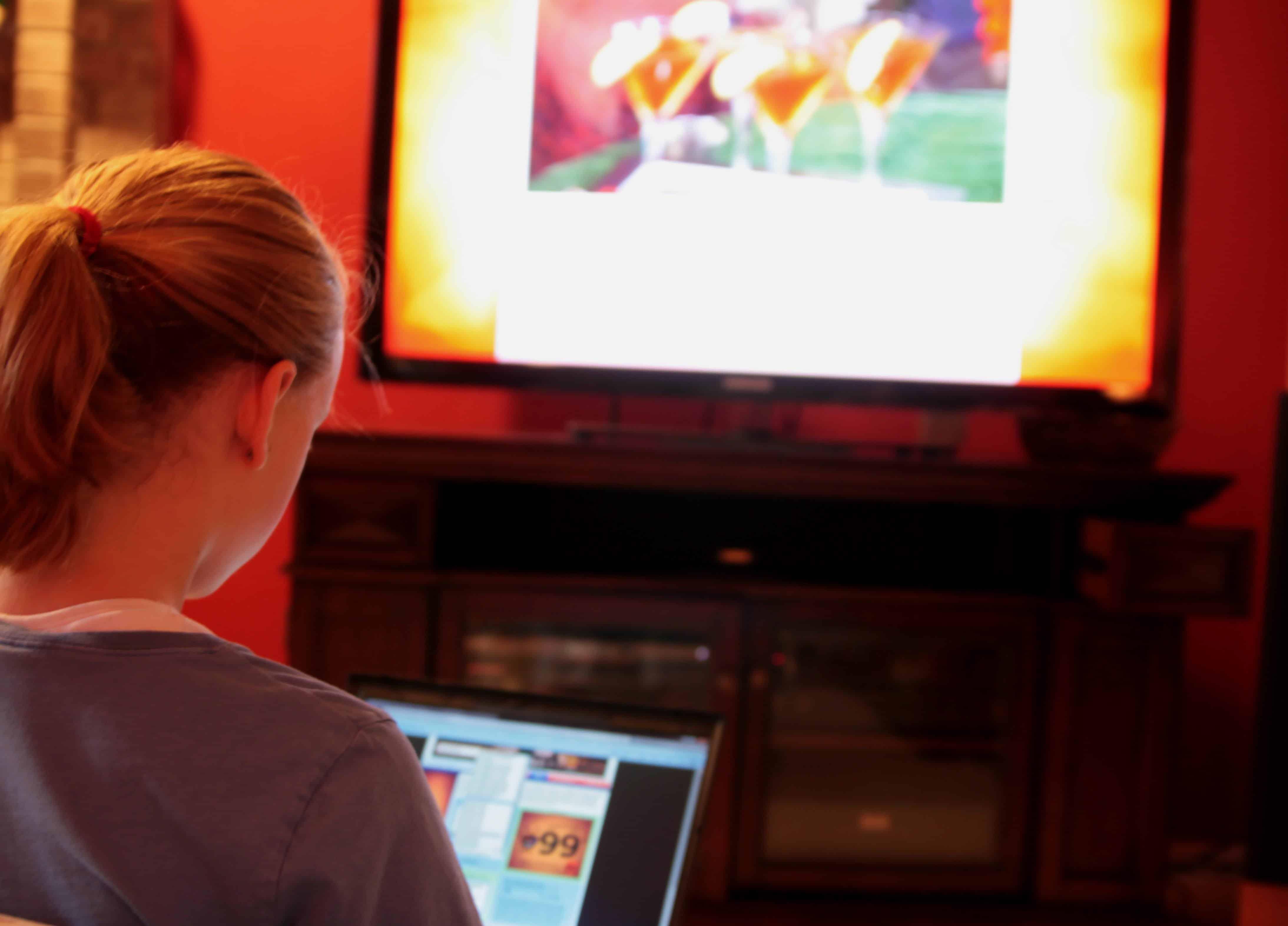 brasileiros preferem assistir tv ligados nas redes sociais aponta pesquisa. Black Bedroom Furniture Sets. Home Design Ideas