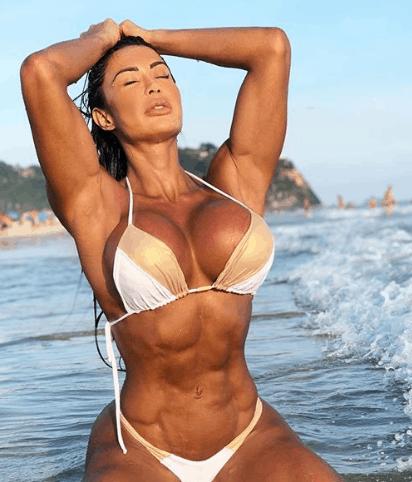 ccae3fd8920d De biquíni, Gracyanne Barbosa seduz na praia